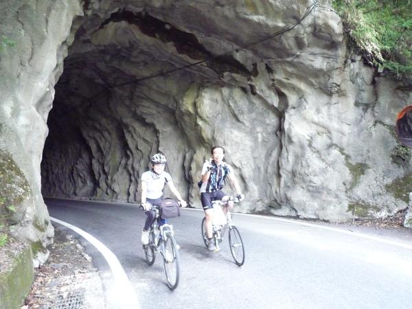奇岩洞穴.JPG