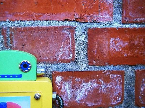 1+機器哥(磚牆)SANY5872-已加深.JPG