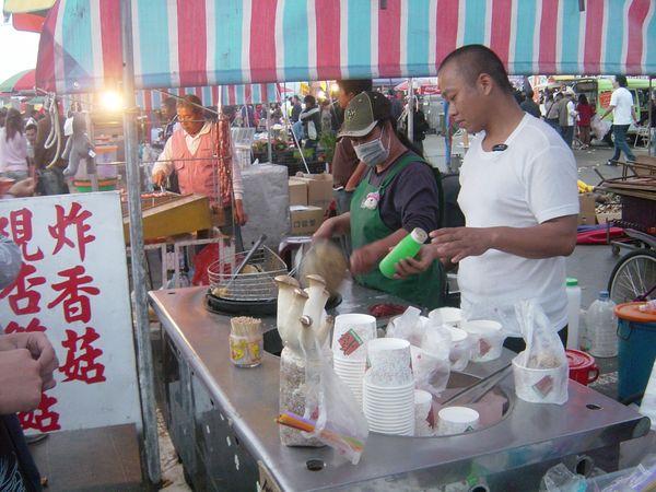 每一家炸杏苞菇的攤販生意都好好