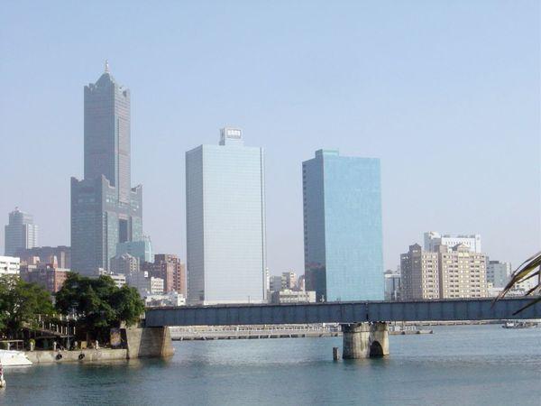 愛河出海口~最左邊即是85大樓