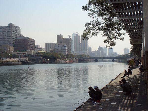 悠閒的愛河畔~有人垂釣
