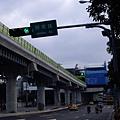 前方站體是劍南路站(高架第一站)