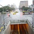 忠孝東、西路和中山南、北路十字路口,也是台灣公路原點