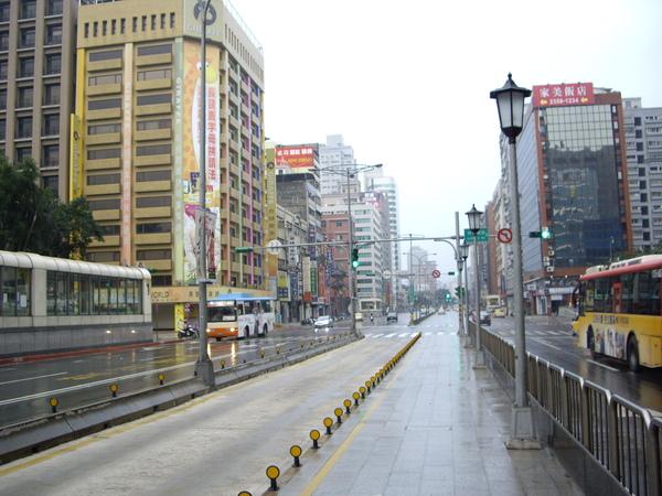 已完工但未啟用的忠孝東路公車專用道