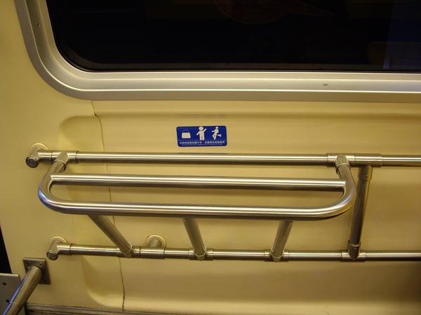 捷運車廂上放包包的架子
