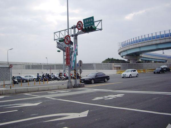 在民族東路上,快車道似乎可讓機車直接左轉進入復北地下道?