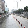 空蕩蕩的公車站,公車站牌依舊還在馬路人行道上