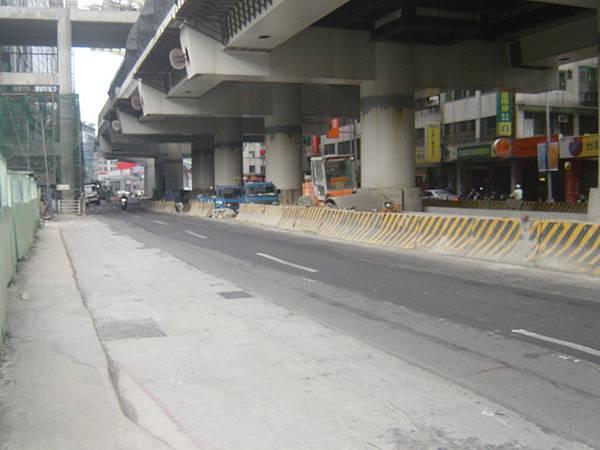 西湖站下方的路面工程尚未復原