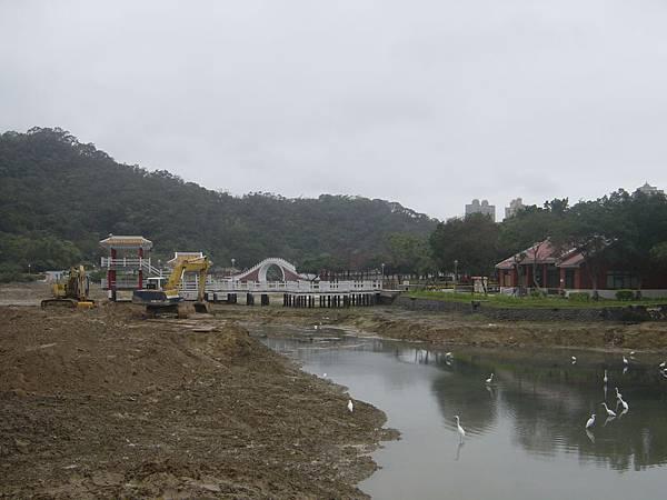 期待湖水滿載的景色