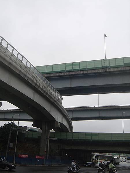 以適當的高度穿越汐五高架底下