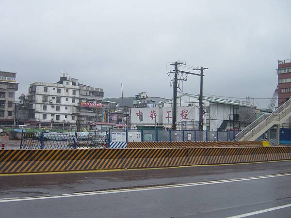 旁邊是台鐵高鐵地下化工程
