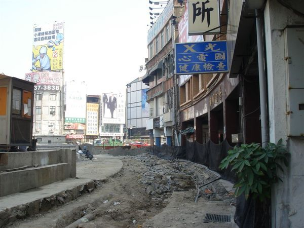 旁邊的排水溝,人行道加緊復原