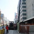 位於中正南華路口、郵局旁,出入口已經出土但上方結構、向下樓梯未完工