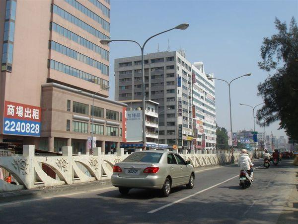 左邊是施工封閉的中正車行地下道