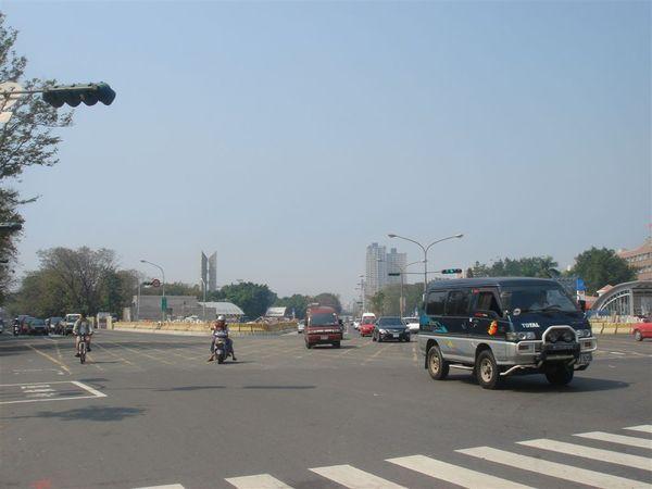 右邊中正路往高速公路,左邊是三多路