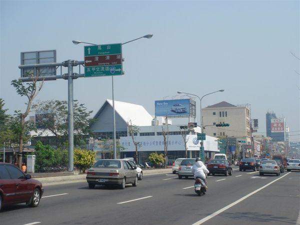 前面就是澄清路/國泰路,右轉往五甲、台88,左轉往澄清湖