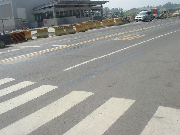 自由路路面還是凹凸不平,標線亂七八糟,應該會重新鋪柏油