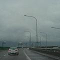 右側側車道升上高架,準備跨越宜蘭河