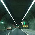 隧道內,應該過半了