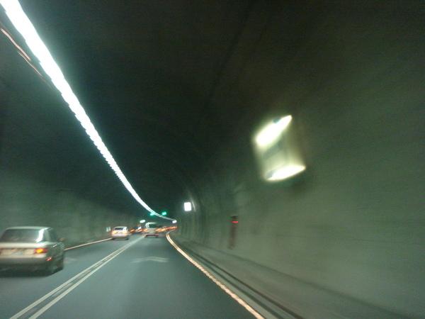 隧道牆上的數字標號,告知駕駛人已走了幾公里