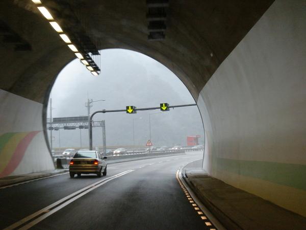 隧道很短,一下子就通過了