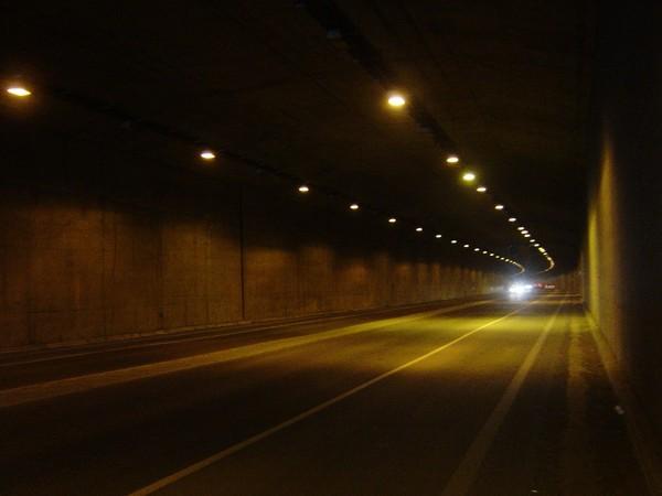隧道內,燈火通明