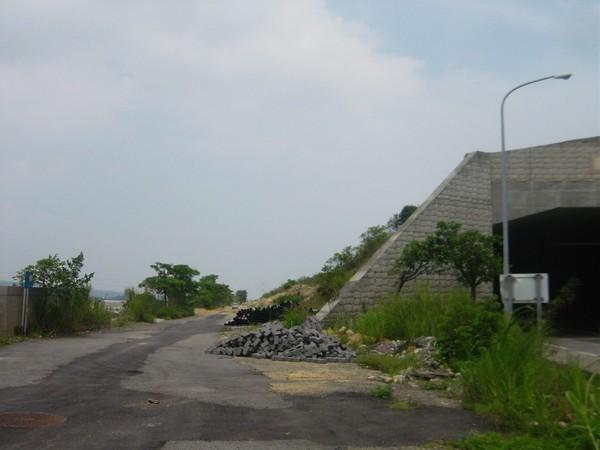 隧道東端,旁邊的小路,連通隧道內的逃生口