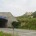 隧道東端上方的火炎山