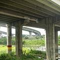 中山高大安溪橋,遠方是台13線新義里大橋