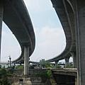 右邊為新義里大橋主線,右邊是上橋引道