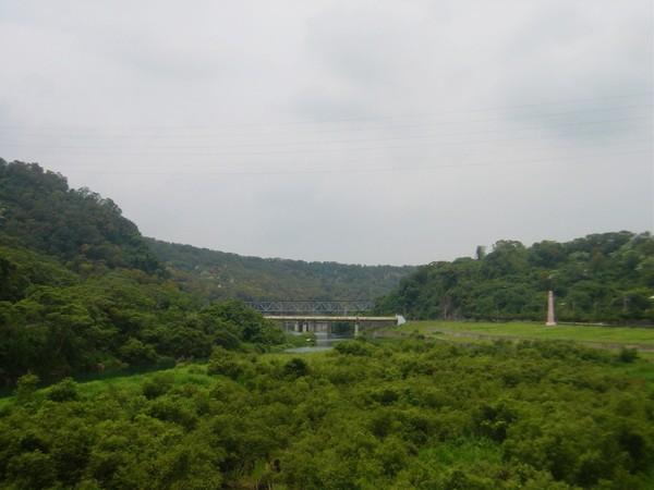 回望,遠方為舊山線鐵橋