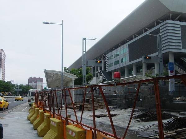 靠高鐵站的月台道路現在封閉