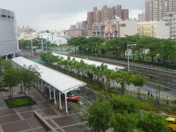 從2F大廳眺望公車站
