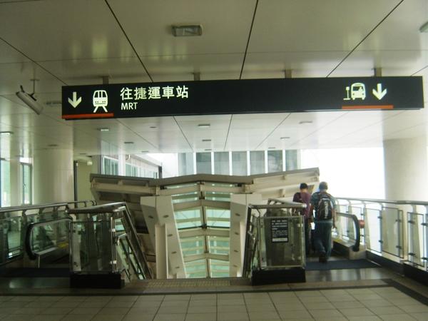 2號出口的電扶梯,可往公車站和捷運站
