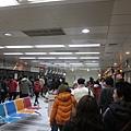 凱旋站~一下車就有很多工作人員引導民眾往三號出口移動