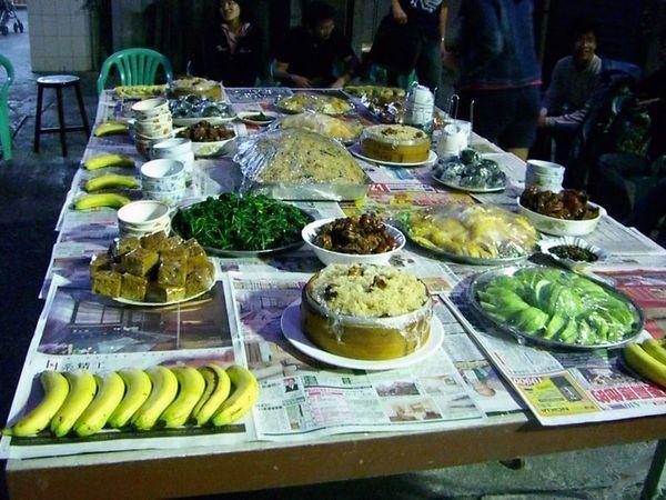 擺滿桌面的豐盛食物