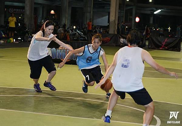 女生打籃球的激烈程度可是完全不輸給男生打籃球的樣子!