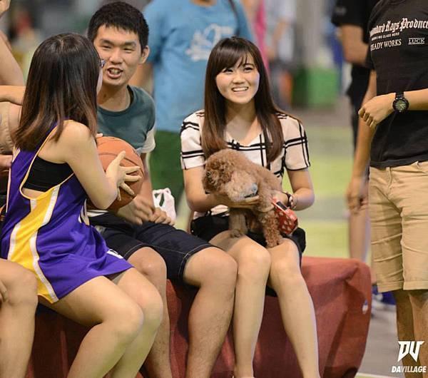 球場旁的辣妹一直是比賽外最大的亮點之一,有正妹在還有誰不認真打比賽呢?