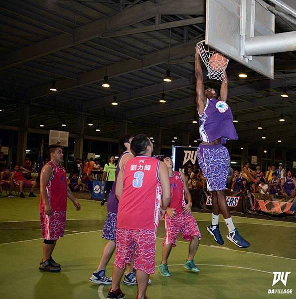 在比賽中出現不可思議的灌籃,不只隊友,連對手在瞬間都會成為觀眾之一!