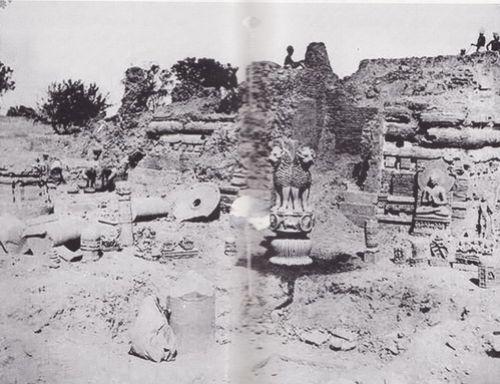 ยอดเสาหินพระเจ้าอโศกและพระพุทธรูปปางแสดงปฐมเทศนาสมัยคุปตะที่มีชื่อเสียง ในสมัยแรกขุดค้นสารนาถทางโบราณคดีในช่วงระหว่างพุทธศตวรรษที่ 24-25