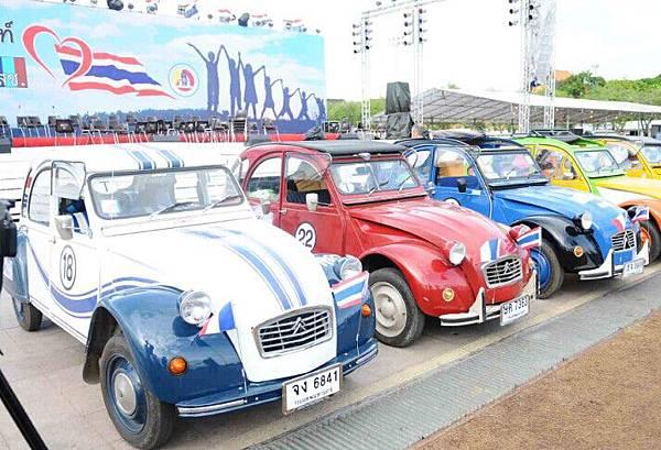 """澤薩達科技博物館為慶祝泰國母親節,特舉辦""""老爺車大遊行""""活動。由10輛老爺車組成的車隊於日前從王家田廣場出發開至老撾邊界,並將於8月11日返回王家田廣場。此次""""老爺車大遊行活動""""的發車儀式也受到來往民眾的關注。"""