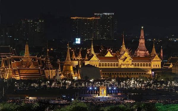 泰國新聞~泰國皇宮燃放煙火慶祝王后生日