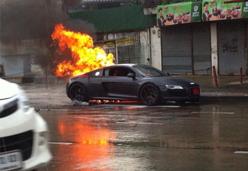 據目擊者稱,火勢是從該車的中置發動機艙著起來的,一直蔓延至車輛的前輪。儘管當天下著雨,但未能阻止住火勢。最終,消防人員撲滅了大火,但是R8的內部已經完全損毀了。所幸事故並未造成人員受傷。近幾年有關超跑無故自燃的事件在全球屢次發生,法拉利、保時捷、蘭博基尼無一倖免。這或許應該引起汽車製造商的重視,尋找有效的解決方案。