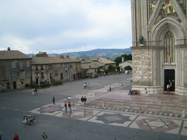 Orvieto_square_at_Duomo.jpg