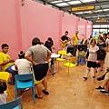 興麥蛋捲烘焙王國觀光工廠戶外也有提供座位區與民歌駐唱.jpg