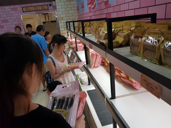 興麥蛋捲烘焙王國觀光工廠一樓商品區b.jpg