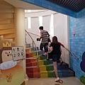 興麥蛋捲烘焙王國觀光工廠樓梯是用彩虹顏色拼貼a.jpg