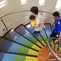 興麥蛋捲烘焙王國觀光工廠樓梯是用彩虹顏色拼貼b.jpg