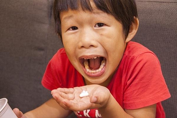 如何讓小孩乖乖吃藥?6步驟教小孩學會吞藥丸!.jpg