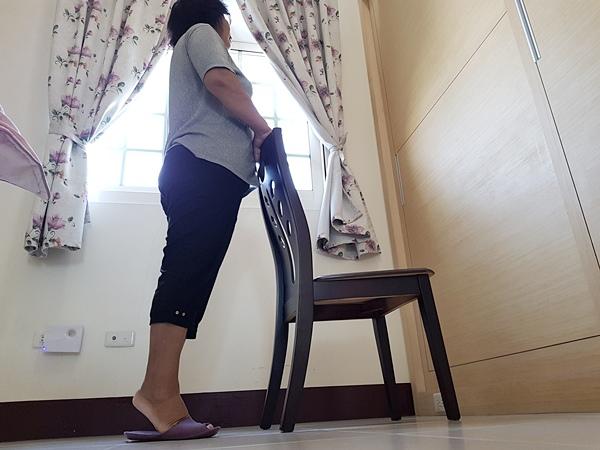 扶椅背墊腳尖、腳跟站立訓練小腿部分肌群.jpg